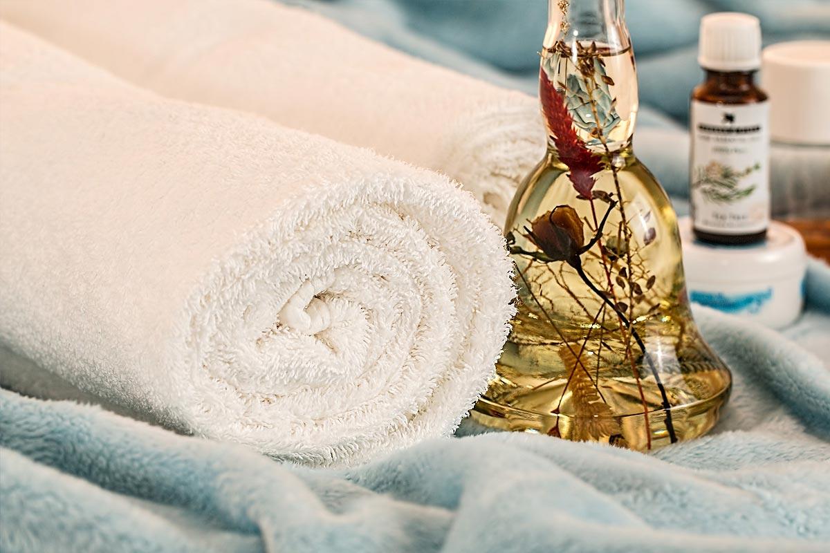 Welnessbereich mit aufgerollten Handtüchern
