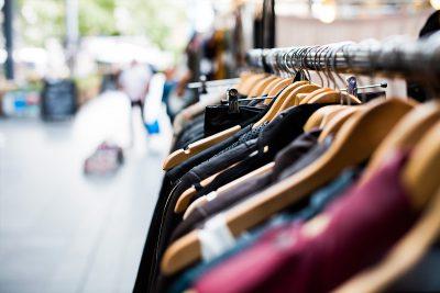 Kleidung hängt an einer Kleiderstange