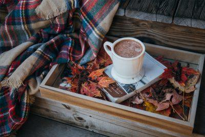 Warmer Kakao und eine gemütliche Decke