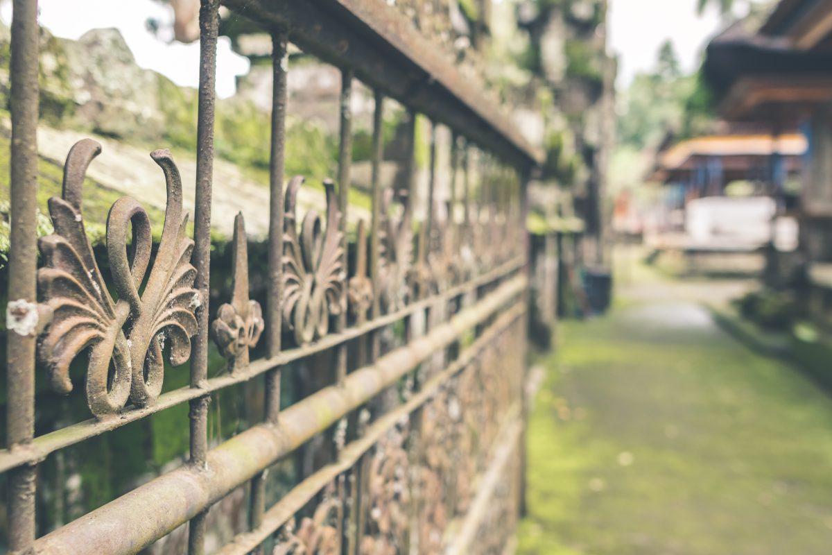 Eine Closeup-Aufnahme eines sehr dekorativen Zaunes