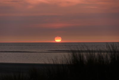 Ein rötlicher Sonnenuntergang am Meer von Langeoog