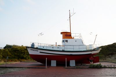 Ein Langeoogschiff an Land als Ausstellungsstück