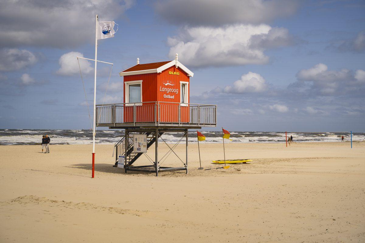 Ein Strandhäuschen der DLRG am Strand von Langeoog