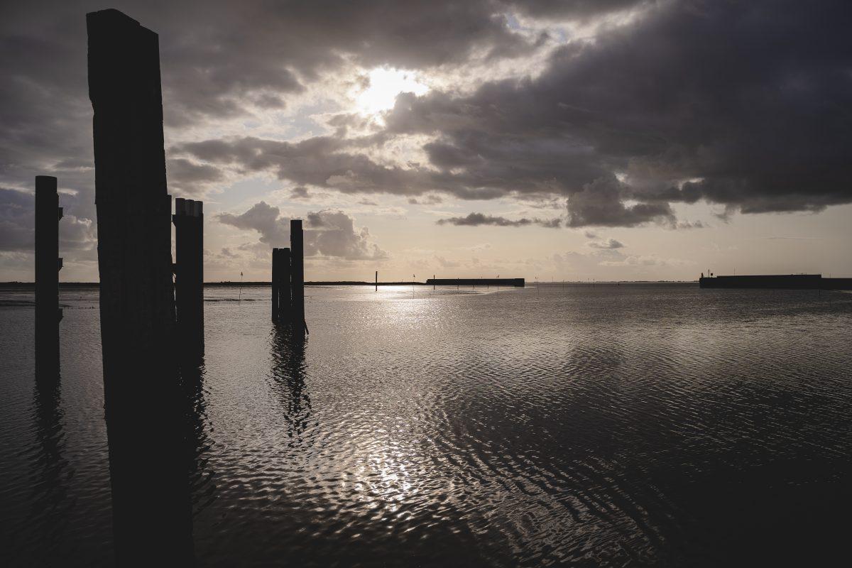 Das Meer aus Sicht des Anlegepunktes im Sonnenuntergang