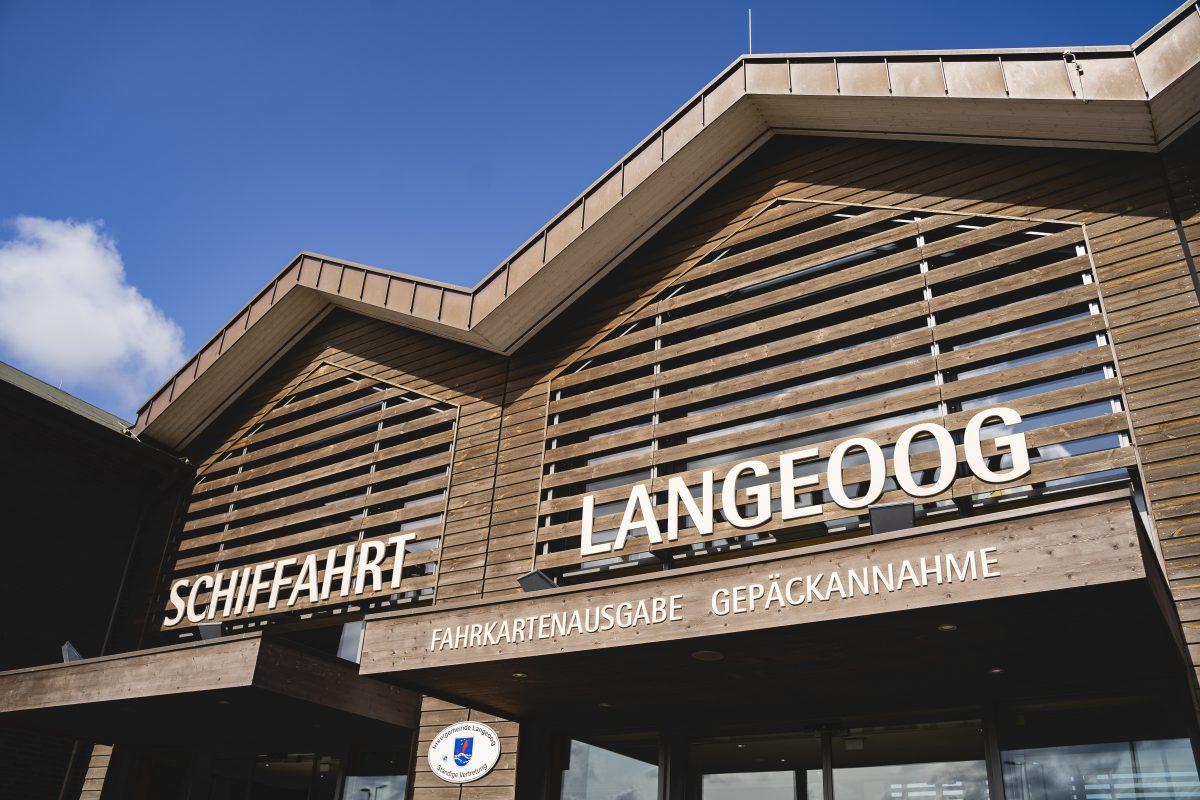 """Ein Foto von der Beschriftung des Gebäudes """"Schiffahrt Langeoog - Fahrkartenausgabe Gepäckannahme"""""""